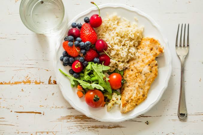 After surgery, a person should follow a healthful diet, starting with small meals.
